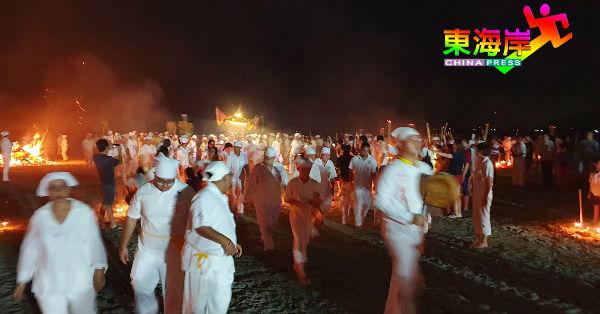 迎驾团队在海边顺利恭迎圣驾后,迎驾成员抬起金轿,回宫去!
