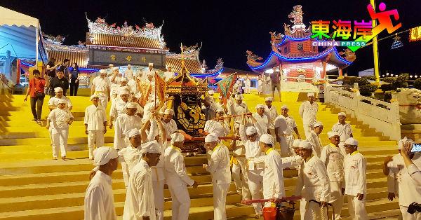 一致白衣裤、白头巾架势的恭接圣驾阵容,赤脚抬金轿浩浩荡荡出发接驾。