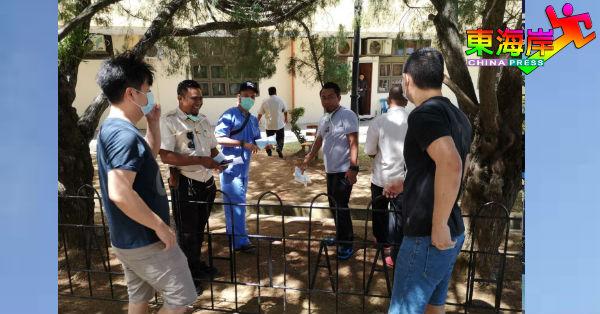 关丹中央医院非前线工作者也获分派民众捐献的防疫物资。