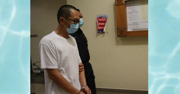 一身素白的张健平(左)不获保外,由庭警带离关丹高庭。