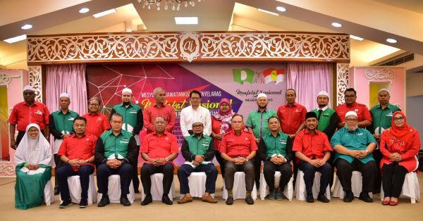 伊党彭州主席罗斯迪(前排左5)及旺罗斯迪率领的党要同桌共商州议席分配后合影。