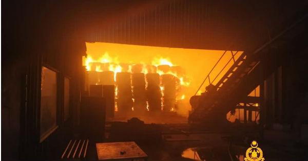 马兰斯里森哥拉一间生产纤维的开放式工厂发生火灾。(取自彭州消拯局面书)