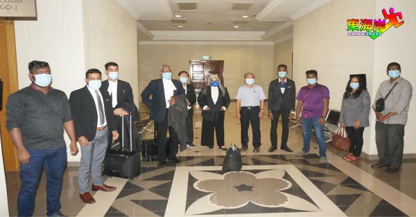 爪夷字书法行动组织及律师团在结束听证程序后,在庭外合影。左4起为古那斯任、吴令安、人权律师西蒂卡欣、王学仁及泽根。
