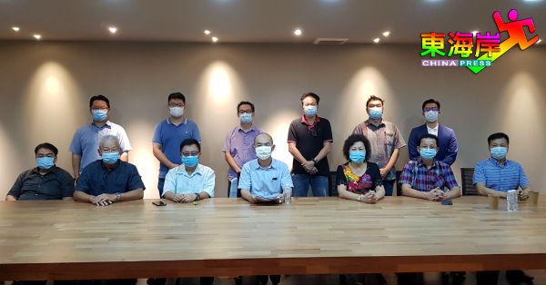 陈耐宾(坐者左4)因会员籍受到质疑而召开记者会,坐者左起王子敬、拿督姚瑞明、拿督林冈龙、拿督江瑞云、廖健云及拿督林永亮。