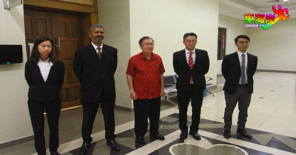 曾玟祯(中)与原任派律师团,在关丹高庭外。