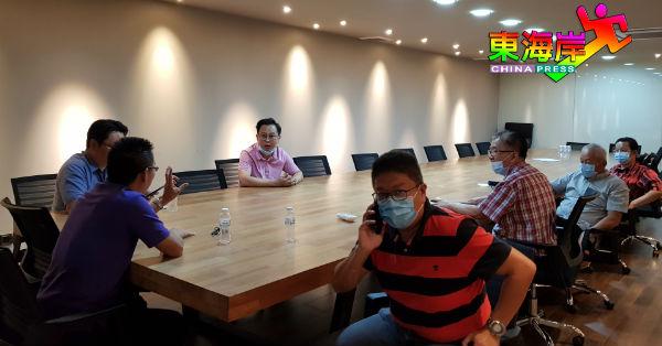 陈祥耀(坐者左3)周四(17日)前往商会查求证文件时,巧遇准备开会的理事会。