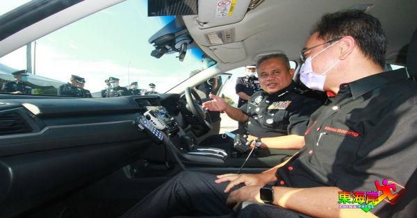 阿都加里尔(左)向Macinda 车行董事经理郭景辉(左2)了解车内的装备。