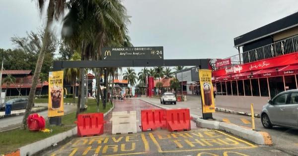 关丹直落尖不叻麦当劳得来速入口,已被挡住。
