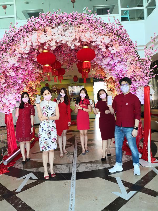 吕燕玲经理(左2)、陈俊尧 Apps developer(右)和其他同事。