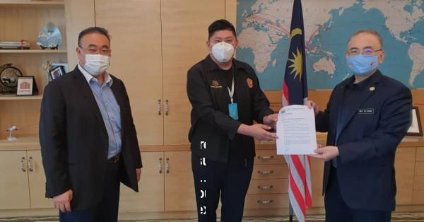 张赈琮(中)在沈永平(左)陪同下移交公函给魏家祥。