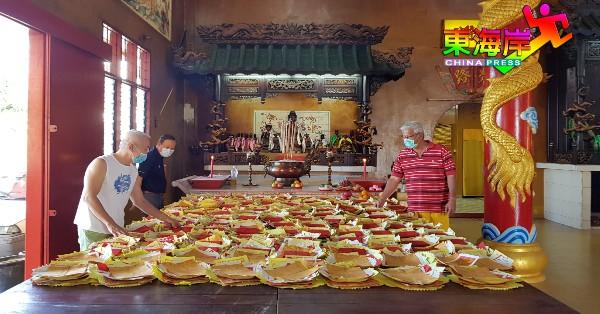 """关丹斗母宫坛前组为善信完成岁末年终的""""送旧迎新""""安太岁仪式。"""