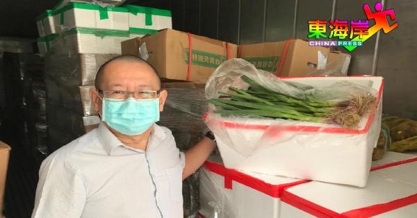 冯运国出示新年期间极为抢手的新鲜进口中国红蒜。