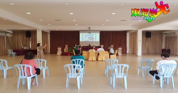 小礼堂特别安排观礼区,确保观礼者遵守人身距离标准。