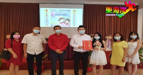 元宵节首对新人唐义富(左4)及梁玮倩礼成后,不忘率同家人与丘曜逢(左3)合影。