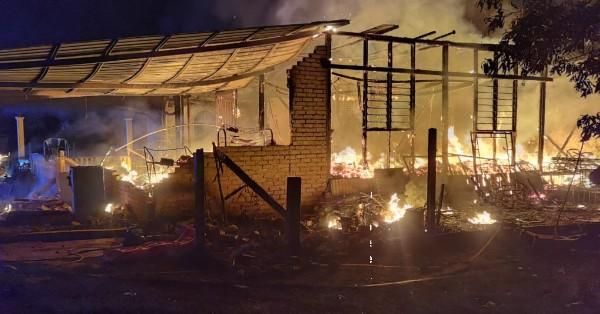 消拯员赶往现场时,失火屋子仍火势汹汹。