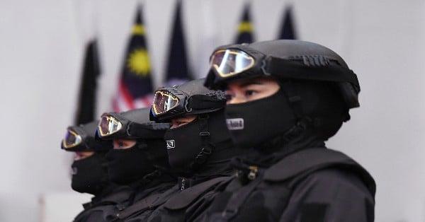 女飞虎队成员以全幅武装及手持重械亮相,展现出女英雄气势。