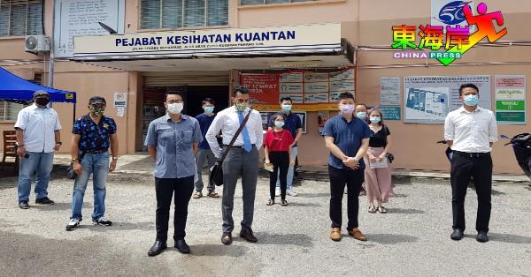 李健聪(左3起)及阿德连维达贡率同5名事主,前往关丹县卫生局提出罚单上诉。
