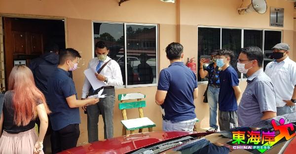 阿德连维达贡(左4)代表事主们前往关丹县卫生局执法单位,准备商宜撒消罚单事项。