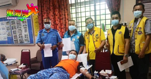 劳勿民防部队主任沙马苏丁(躺者)以身作则捐血,后左2起为刘宝华、张亿明、曾东昌及李碧雄。