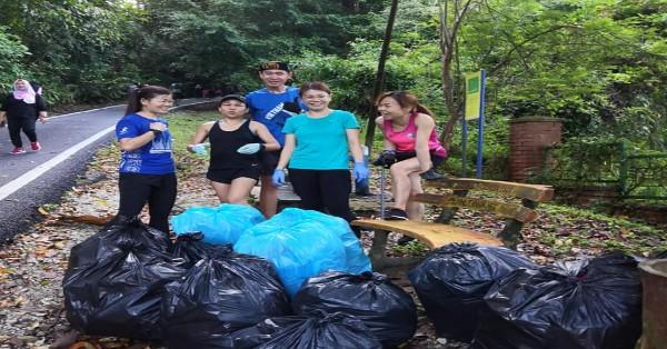 """一群登山客自发展开清理山区森林垃圾义举,""""战绩""""可观。(取自Shirly Yaw面子书)"""