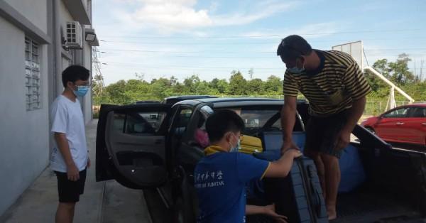 关丹中华中学寄宿生家长已陆续到校接载孩子返家。