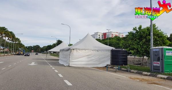 关丹市丹绒隆坡往市区方向,已重置帐棚等防疫路障设备。