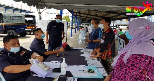 莫哈末诺(左3)亲自巡查关丹警局跨州跨县申请柜台情况。