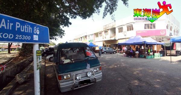 关丹青天花园早市集与同区商店获准营业时段不同,以致商店错失早晨客源。