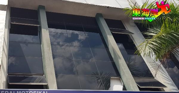 商店二及三楼窗户长期被开着,疑是为通风疏热之用。
