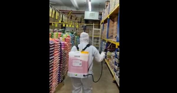 超市分行特休业,安排消毒人员为超市各角落进行全面消毒。