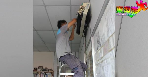 冷气技工因全国封锁期间,不得上门为客户提供冷气机维修服务。(档案照)