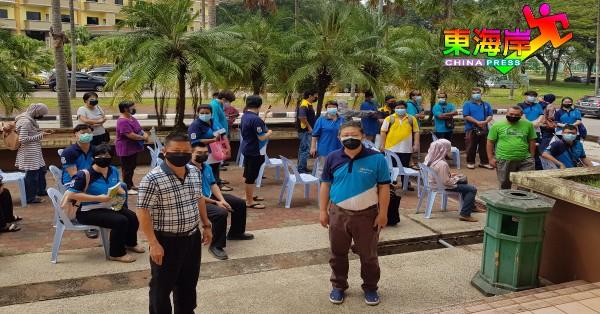 沈春祥(左)及蔡若峰亲自到疫苗接种中心,为81名关中教职人员打气。