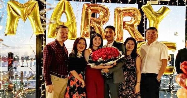 黄崇洸(左起)陈怡妗及胡莲娣(左5)、刘妙福见证刘家宏与黄馨苇浪漫求婚。