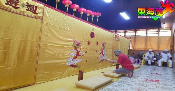 九皇大帝宝诞期间,不乏信众都会在九皇大帝宝内殿,求签解迷津。