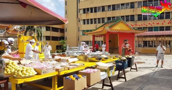 关丹斗母宫配合犒军仪式,准备各款供品祭拜五营兵将。
