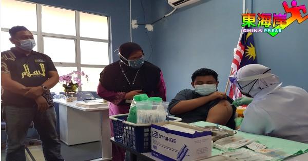 诺阿芝米(左2)在拿督黄亚养路艾喜达雅祈祷室,带领团队为居民进行疫苗接种。